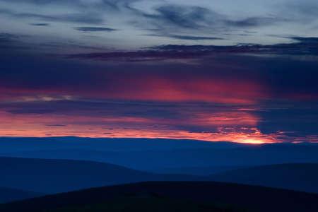 over the hill: Puesta de sol sobre la colina de sangrientos terreno Foto de archivo