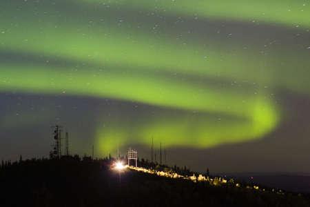 over the hill: Remolino luces sobre el norte de la colina con antena carlights compleja y de un solo coche aparcado Foto de archivo