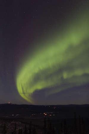 paisaje lunar: Torciendo arco del norte de luces