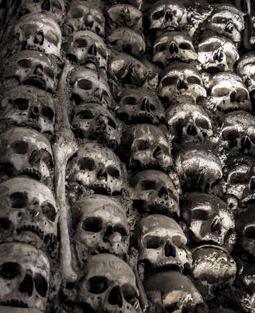 beenderige: Muur vol met schedels en botten in het been kapel in Evora, Portugalhe bot kapel in Evora, Portugal Stockfoto