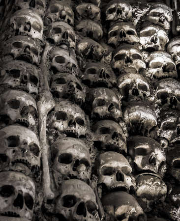 catacomb: Wall full of skulls and bones in the bone chapel in Evora, Portugalhe bone chapel in Evora, Portugal
