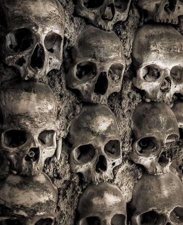 bony: Wall full of skulls and bones in the bone chapel in Evora, Portugalhe bone chapel in Evora, Portugal