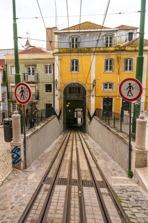 elevador: LISBON, PORTUGAL - APRIL 1, 2013: Famous Bica funicular (Elevador da Bica) on October 26, 2013 in Lisbon, Portugal. Editorial