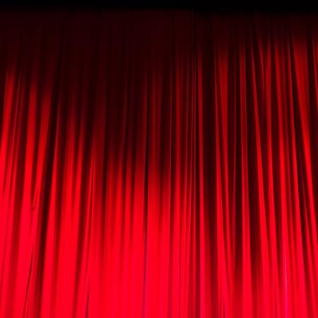 sipario chiuso: Red closed curtain with light spots in a theater. Archivio Fotografico