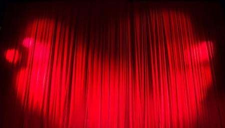 sipario chiuso: Red chiuso tenda con punti luce in un teatro. Archivio Fotografico