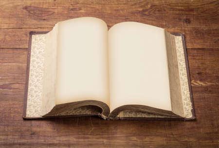 libros abiertos: Abra el libro en blanco sobre fondo de madera vieja. Foto de archivo