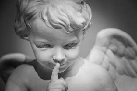 ange gardien: Belle statue en marbre de l'ange. Banque d'images