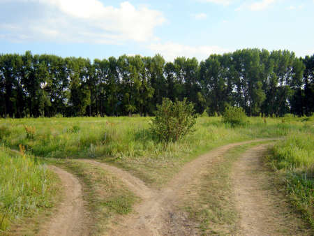 De weg kruising en blauwe lucht en groen gras