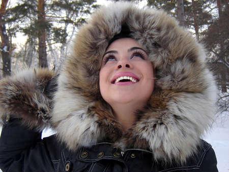 esquimal: El sonriente y feliz chica buscando al alza