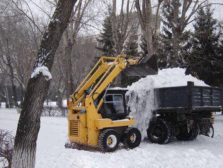 Schoonmaken van een sneeuwstorm met het gebruik van het verwijderen van sneeuw-machines Stockfoto