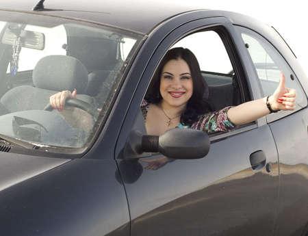 gelukkige vrouw zitten in de auto Stockfoto