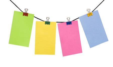 color papier toelichting op het touw over wit
