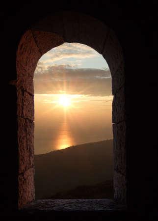 auf der Suche durch einen alten Fenster mit Himmel  Lizenzfreie Bilder