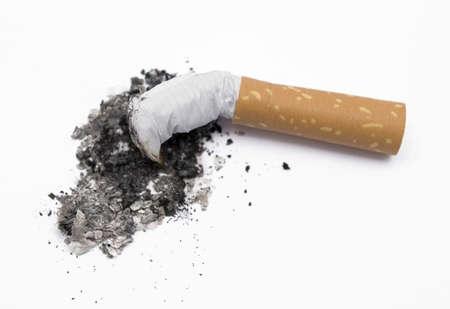 eine Zigarette schaftende isoliert auf weißem Lizenzfreie Bilder