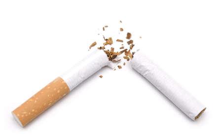 aufgeschlüsselt Zigarette isoliert auf weißem