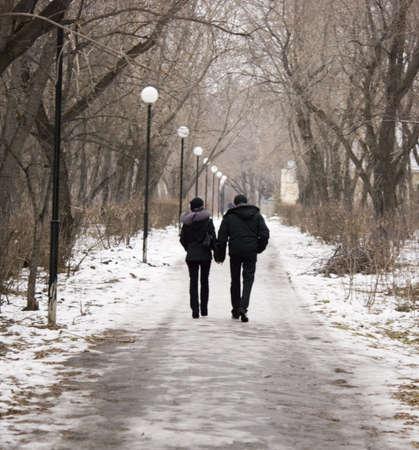 affectionate action: una pareja caminando en el parque