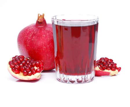 vaso de jugo: de jugo de granada y la fruta en blanco
