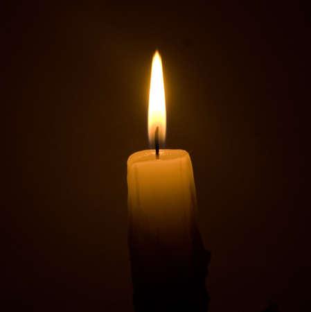 brennende Kerze auf schwarzem Hintergrund Lizenzfreie Bilder