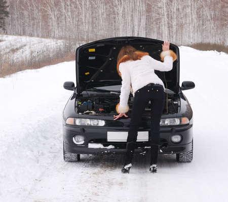 broken car: mujer joven con su coche roto Foto de archivo