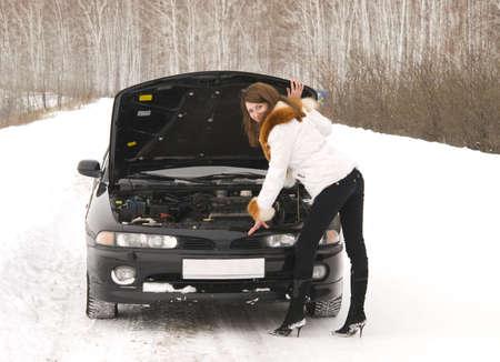 broken car: joven bella mujer con el coche roto