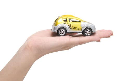 Auto auf einer Hand über weißem Hintergrund