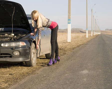 broken car: rubia muy joven con su coche roto Foto de archivo