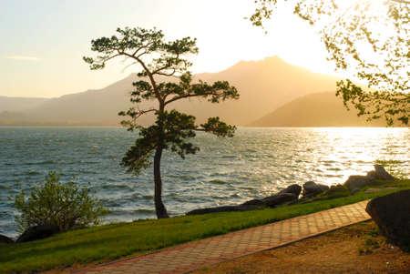 schönen Bergsee und Sonnenuntergang