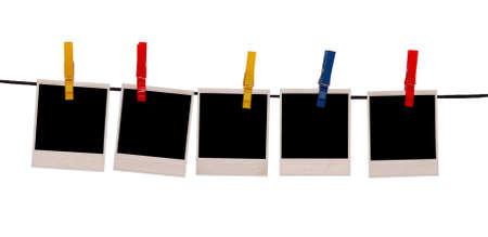polaroids op touw geïsoleerd op wit Stockfoto
