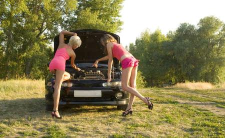 repairing: dos j�venes muy mujer reparar el auto