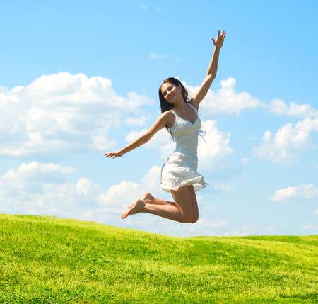 Springen gerne Frau gegen die Natur Hintergrund Lizenzfreie Bilder