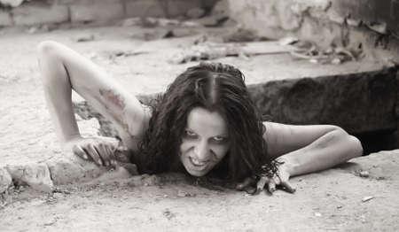 scary Frau kriecht aus einem Loch