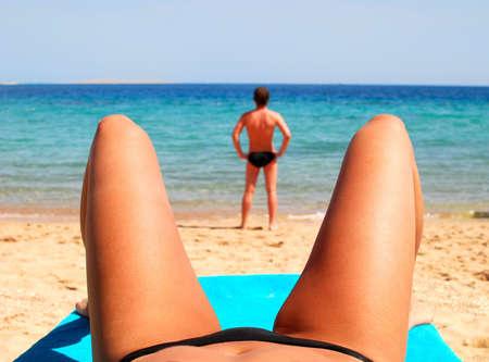 beach babe: uomo e donna su una spiaggia  Archivio Fotografico