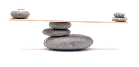 balanza: piedras en equilibrio sobre blanco