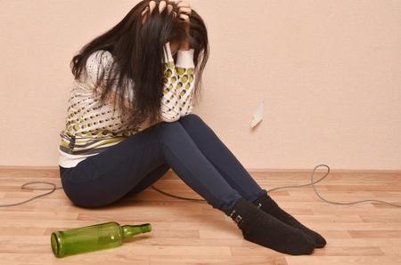 dronken vrouw zittend op de vloer