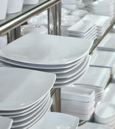 clean dishes: a lot of white plates in a shop