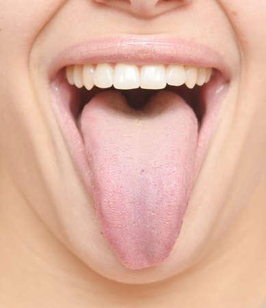 partes del cuerpo humano: cerca de la lengua mujer sana Foto de archivo