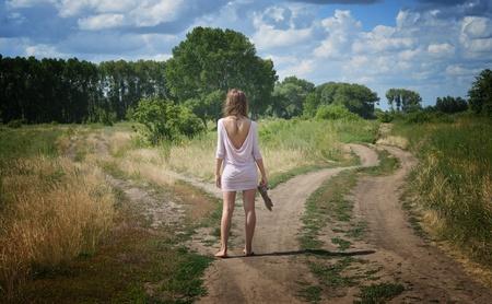 junge Frau auf einer Kreuzung