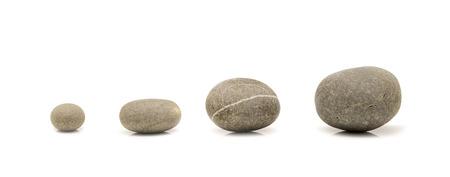 piedras zen: piedras redondas aisladas sobre fondo blanco