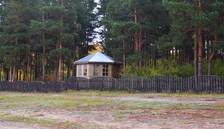 tuinhuis: zomerhuis in een dennenbos