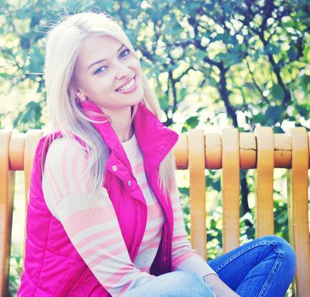 looking into camera: giovane donna sorridente guardando la telecamera