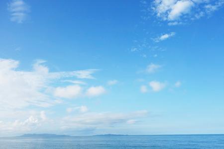 cielo despejado: azul cielo y el mar