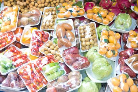 Obst und Gemüse in der Verpackung Lizenzfreie Bilder
