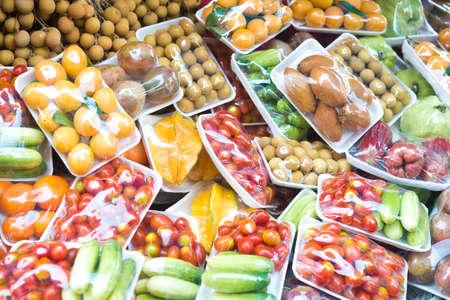 tiendas de comida: frutas y verduras en el embalaje