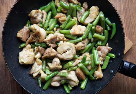 judia verde: pollo con judías verdes fritos en sartén
