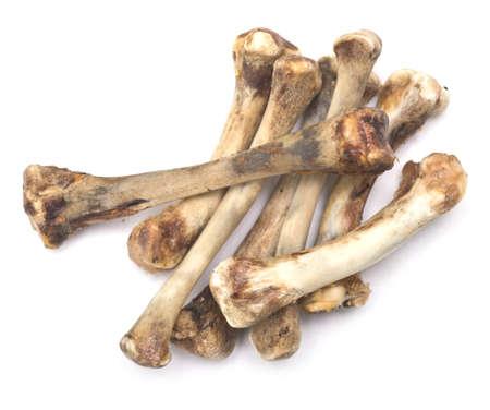 huesos: pila de huesos de pollo aislado en blanco