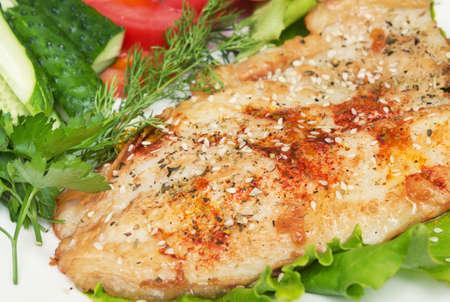 gebratener Fisch mit Gewürzen und Gemüse Standard-Bild