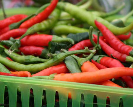 chiles secos: Cesta de la compra de los chiles calientes para la venta en el mercado. Foto de archivo