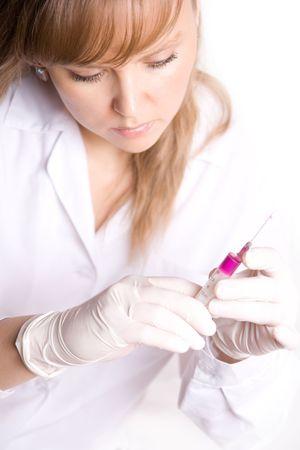 antidote: Doctor in de voorbereiding vaccinatie injectie isoleren op wit Stockfoto