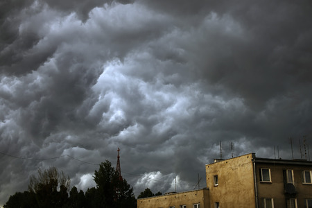 thundercloud: Dramatic skyscape over city