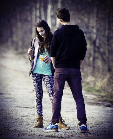 pareja de adolescentes: Foto de la vendimia de la pareja de adolescentes Editorial